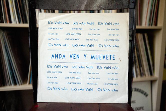 Sleeve design: Uncredited. Los Van Van - Anda Ven Y Muévete